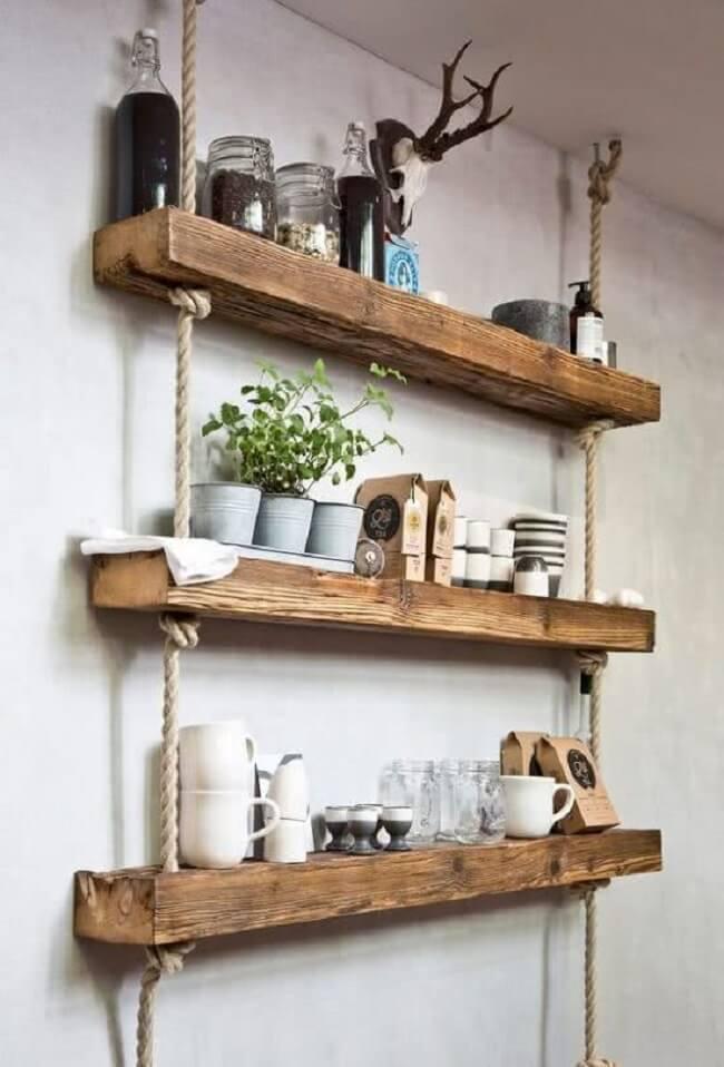 Reutilize pedaços de pallet e crie sua prateleira de corda e madeira. Fonte: Pinterest