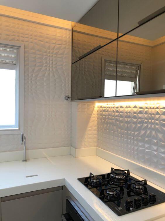 Revestimento 3D branco para cozinha com armários espelhados