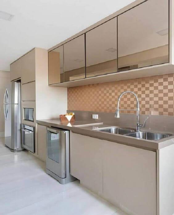Revestimento 3D para cozinha bege e armários espelhados