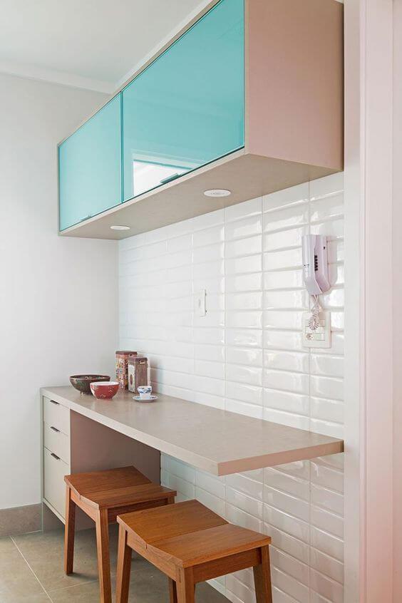 Revestimento 3D para cozinha branca com armário azul