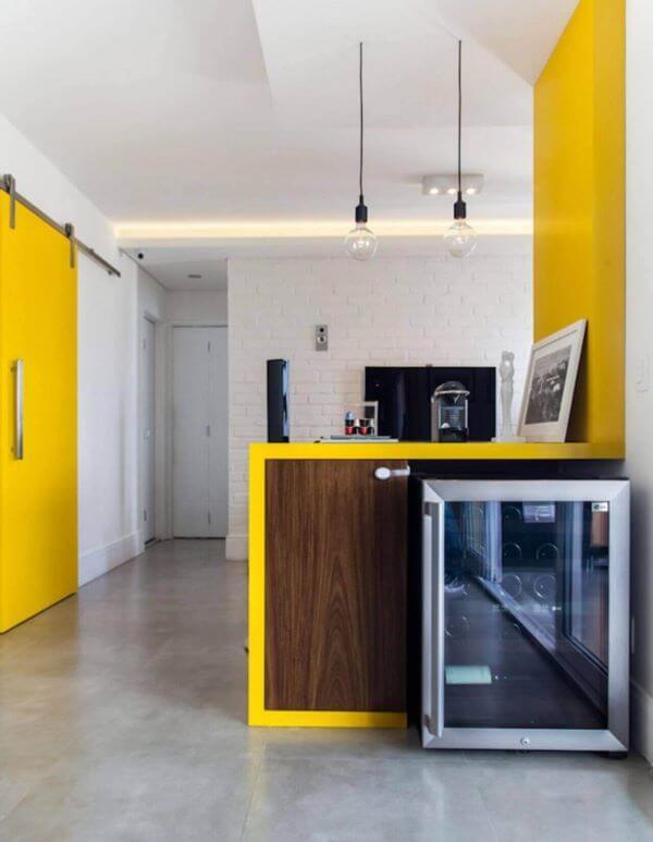 Revestimento 3D para cozinha branca com detalhes amarelos na decoração