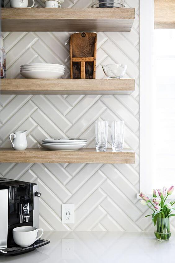 Revestimento 3D para cozinha branca com prateleira de madeira