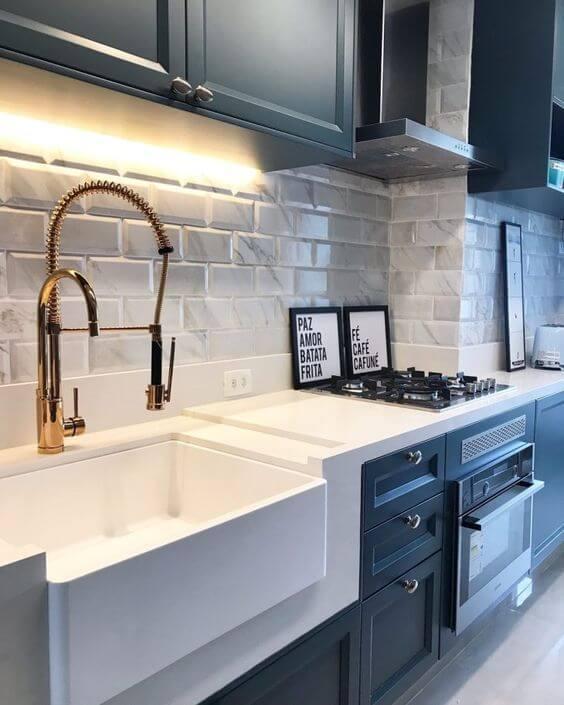 Revestimento 3D para cozinha branca com tijolinho