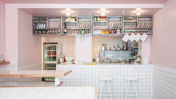 Revestimento 3D para cozinha branca com tinta rosa claro
