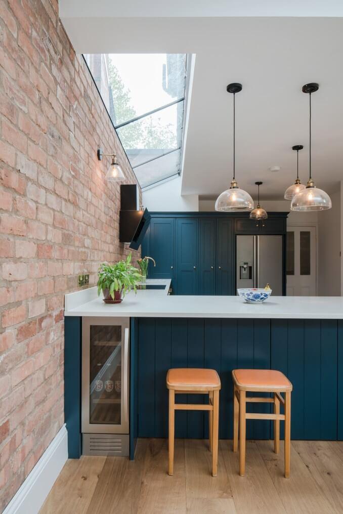 Revestimento 3D para cozinha de tijolinho rustico e armário azul