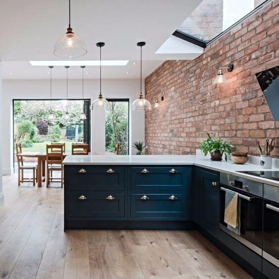 Revestimento 3D para cozinha de tijolinho rustico e armários