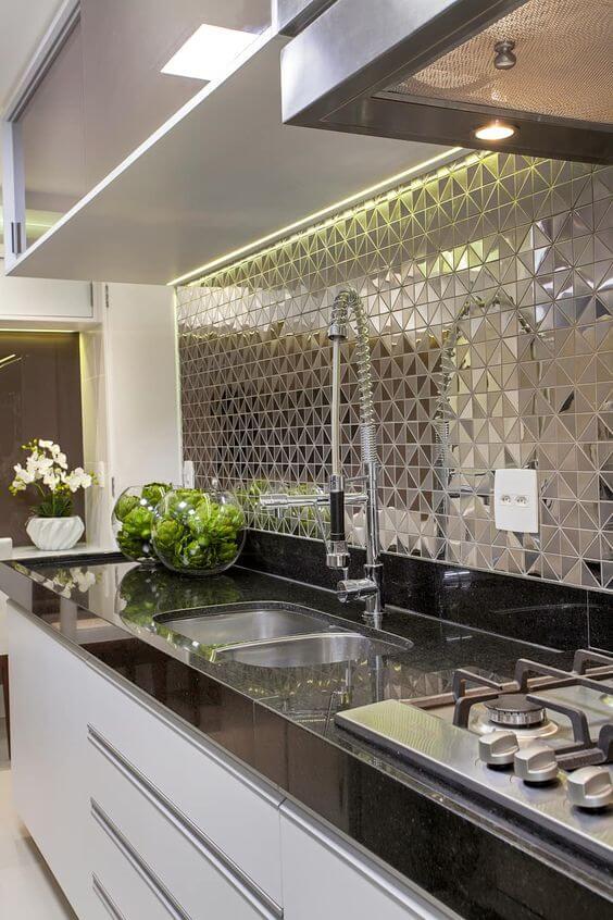 Revestimento 3D para cozinha espelhada e armários brancos