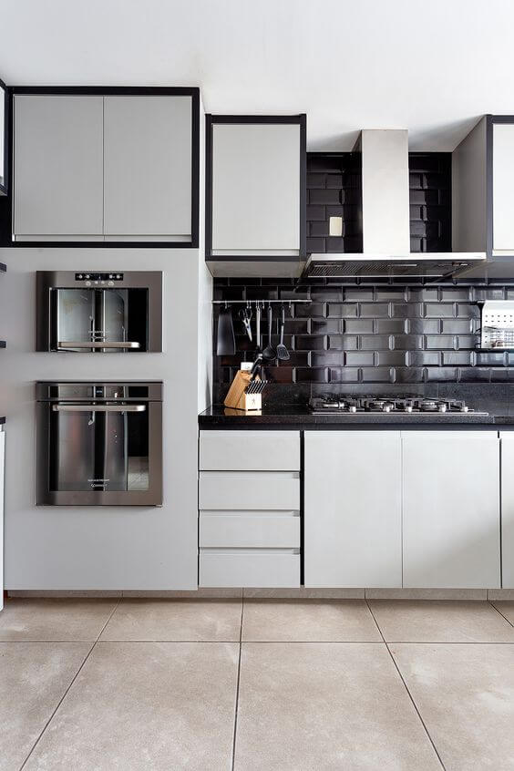 Revestimento 3D para cozinha preta com armário cinza