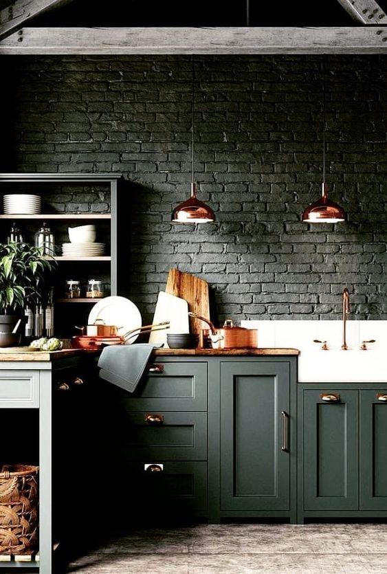 Revestimento 3D para cozinha preta com luminária cobre