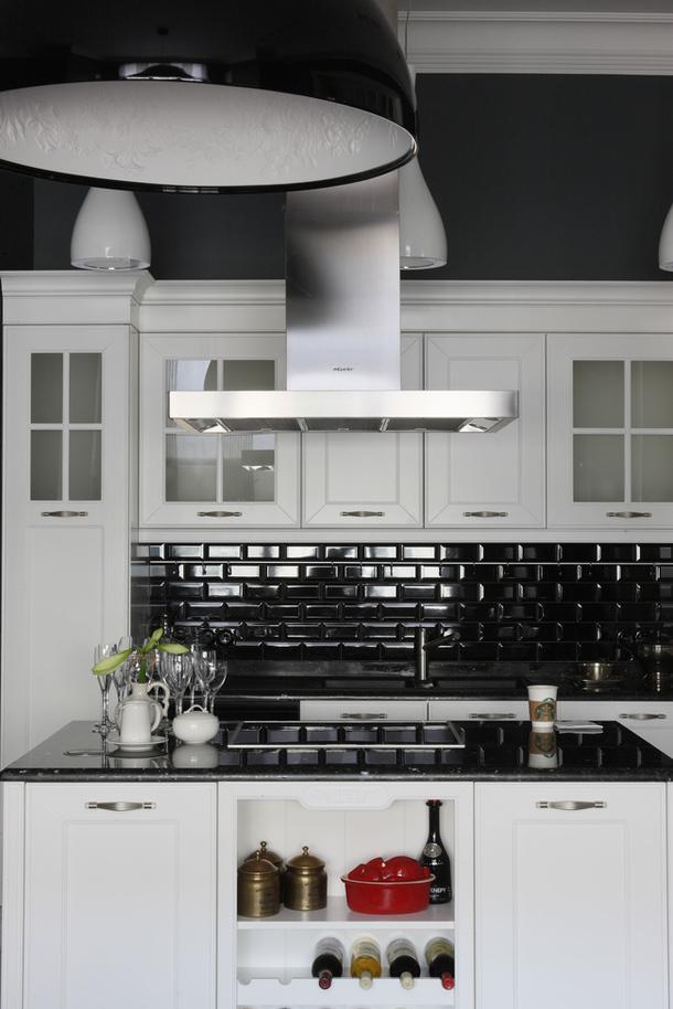Revestimento 3D para cozinha preta e armário branco