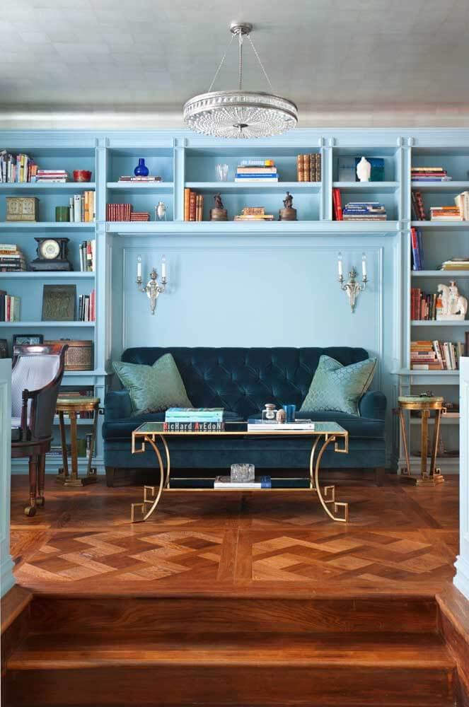 Sala azul clara com sofá azul marinho