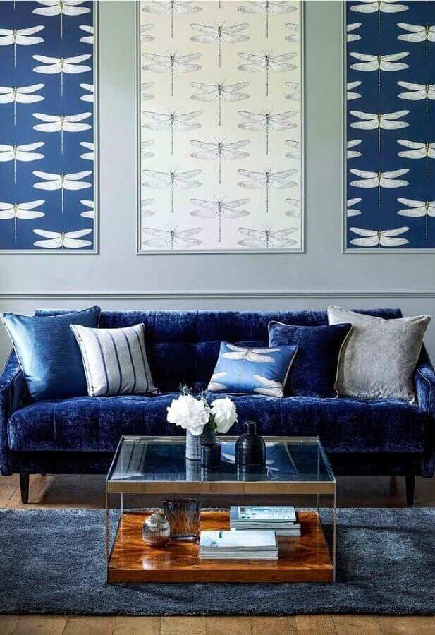 Sala azul com sofá azul marinho chique de veludo