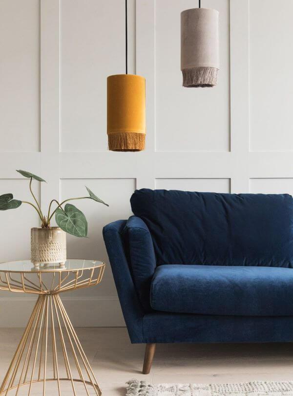 Sala branca com sofá azul marinho
