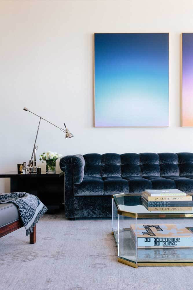 Sala branca minimalista com sofá azul marinho