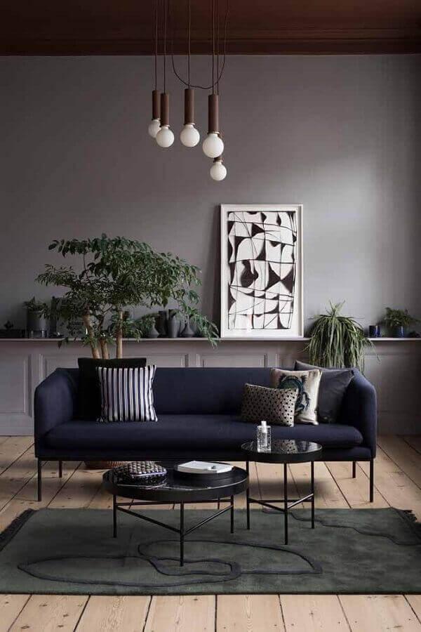 Sala cinza com sofá azul marinho