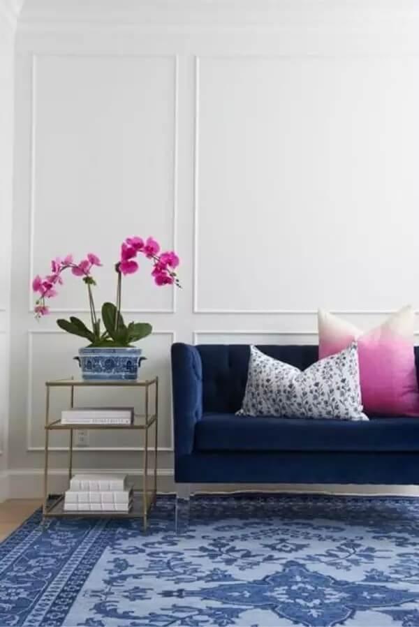 Sala cinza com sofá azul marinho e almofadas decorativas rosa