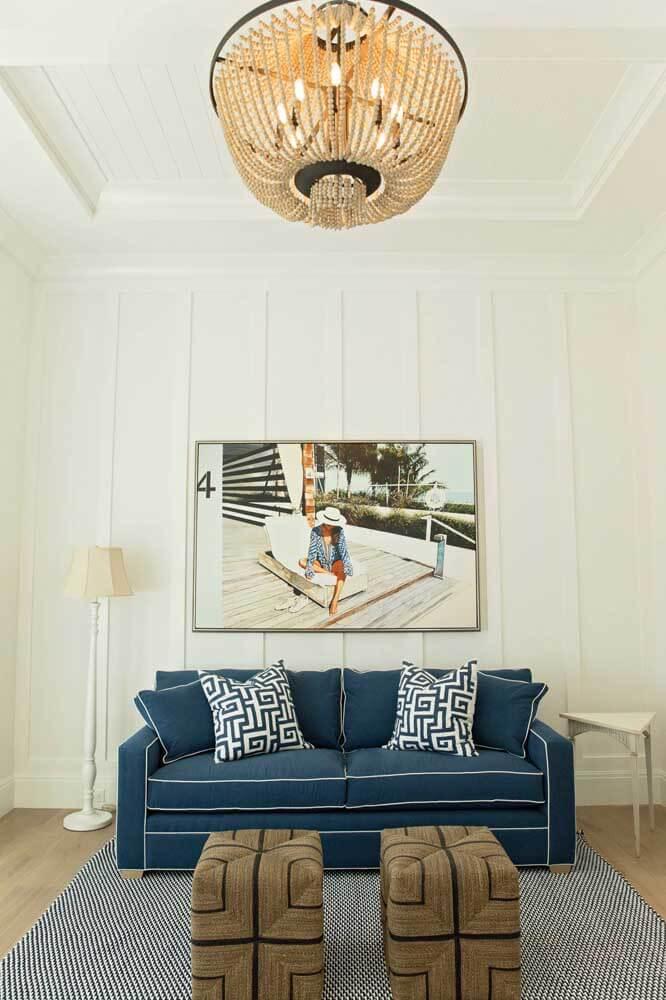 Sala clássica com sofá azul marinho