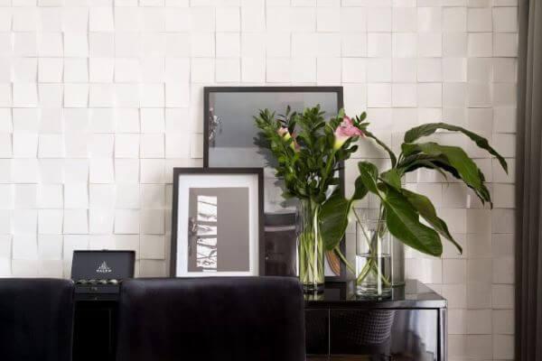 Sala com azulejo 3D branco geometrico