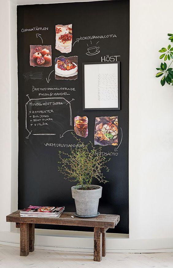 Sala com parede tinta lousa preta