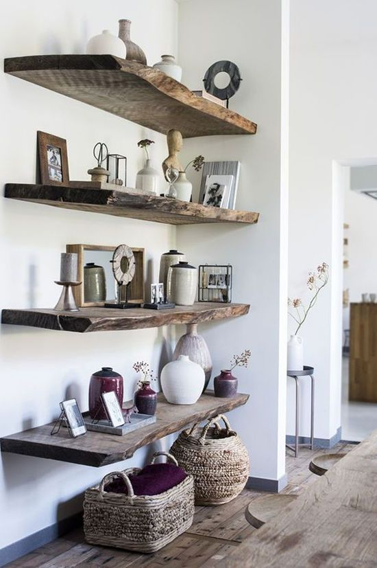 Sala com prateleira rustica de madeira e enfeites rusticos