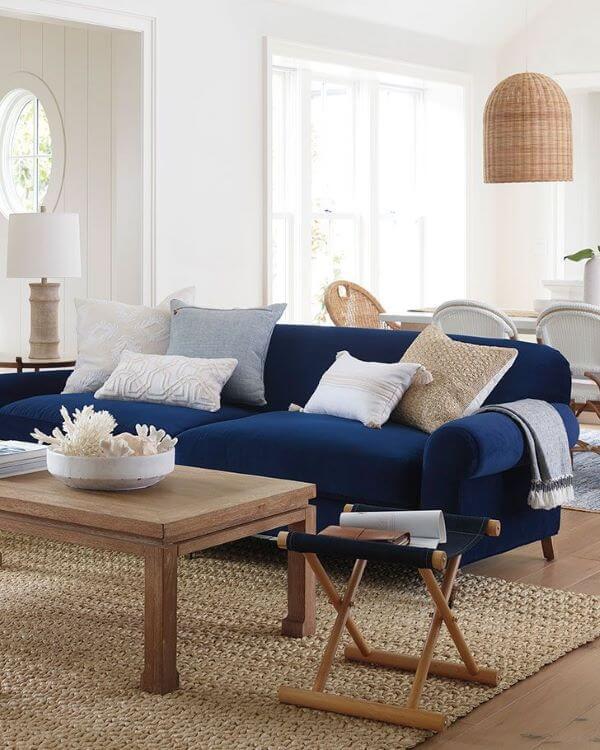 Sala com sofá azul marinho pequeno