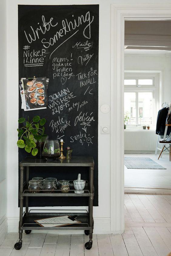 Sala com tinta lousa preta e aparador preto