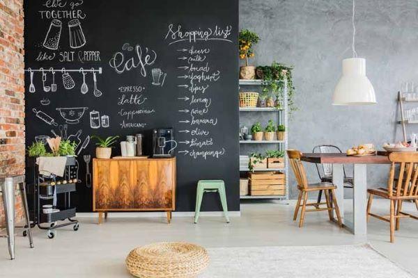 Sala com tinta lousa preta e móveis de madeira