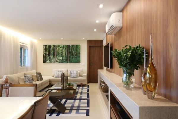 Sala de estar com painel de madeira e bancada de granito