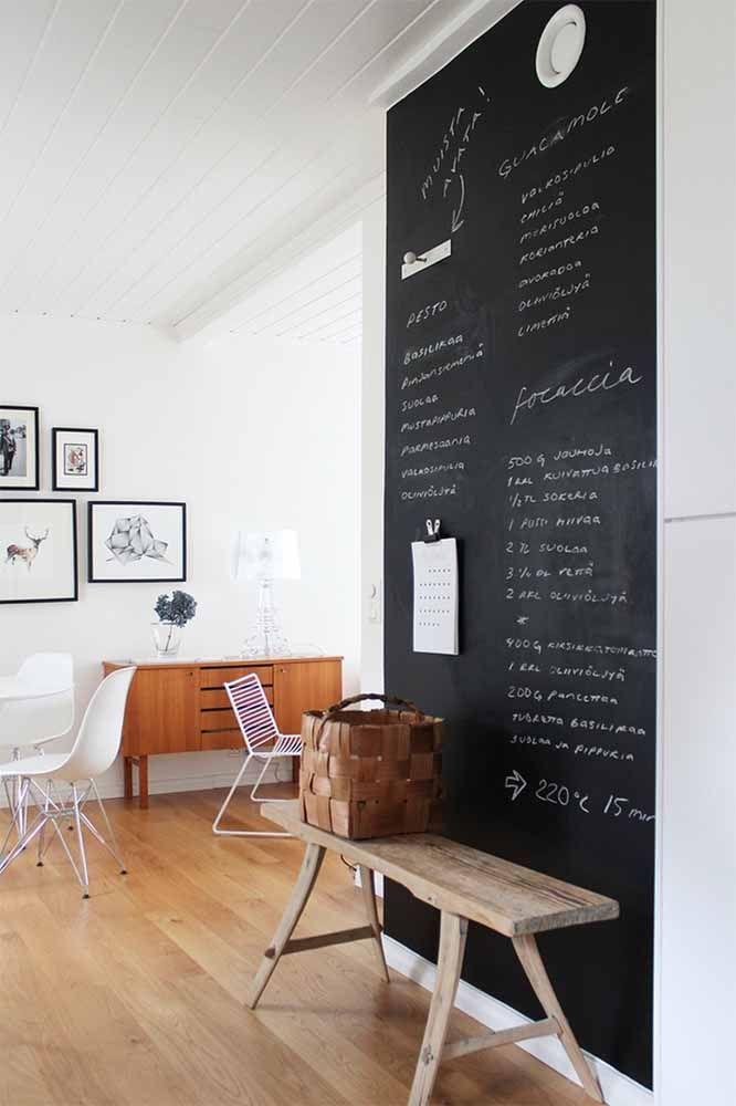 Sala de estar com porta de tinta lousa preta