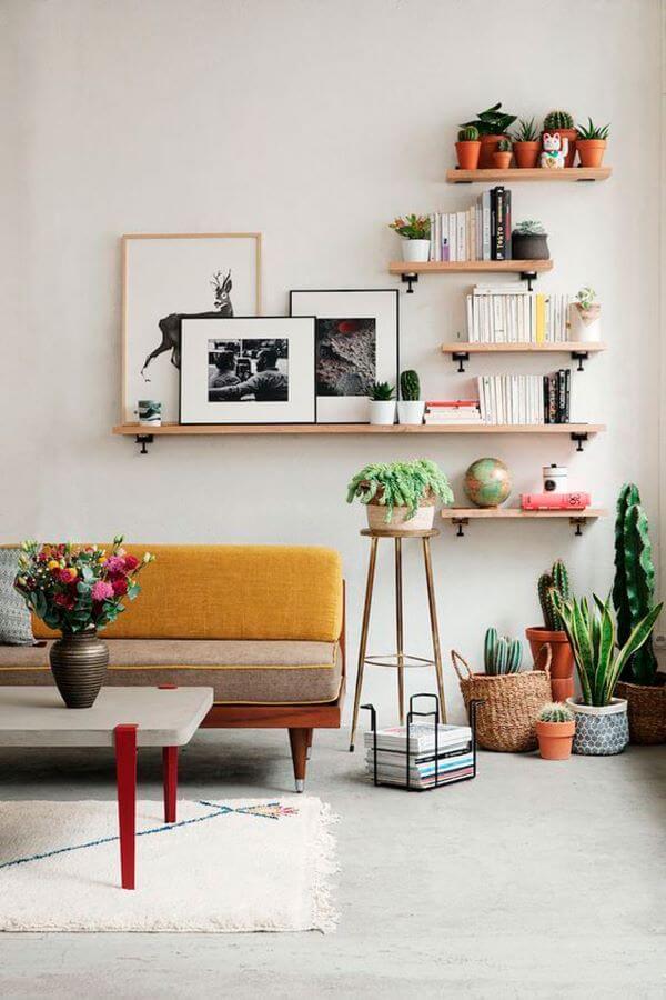 Sala de estar com prateleira rustica