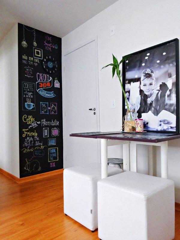 Sala de estar com tinta lousa preta colorida e quadro preto e branco