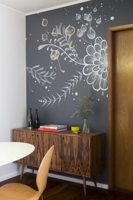 Sala de estar com tinta lousa preta desenhada com flores