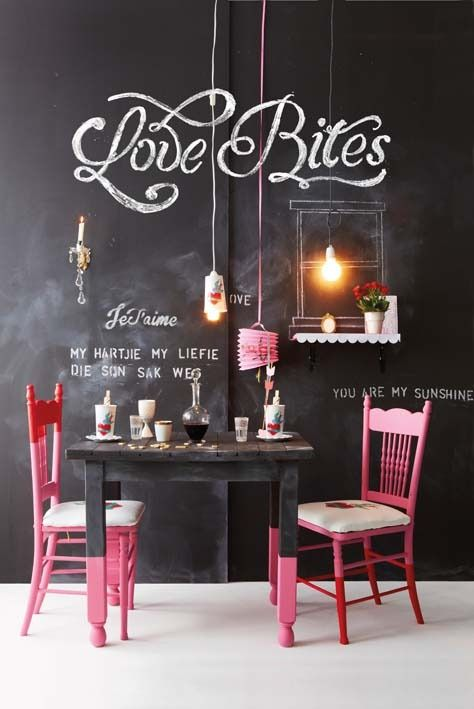 Sala de jantar com tinta lousa preta