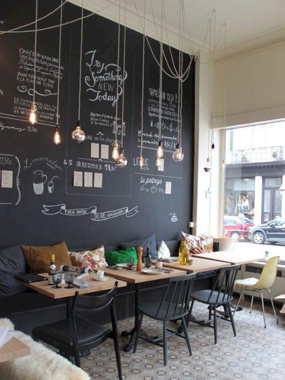 Sala de jantar com tinta lousa preta e iluminação de lampadas de filamento
