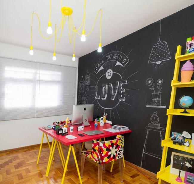 Sala de jantar com tinta lousa preta e móveis coloridos