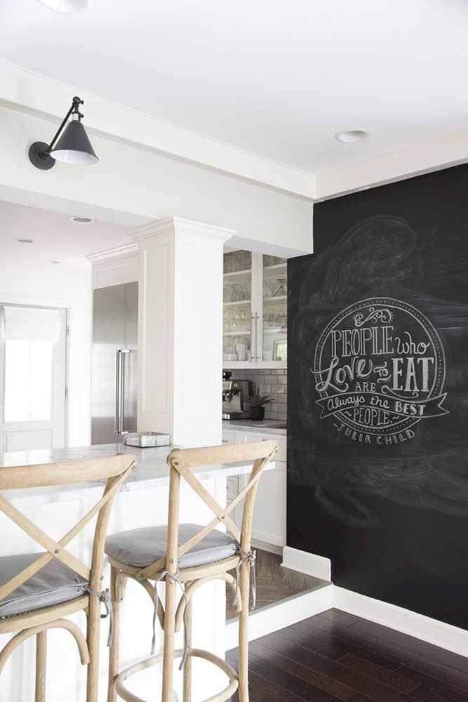 Sala de jantar com tinta lousa preta na parede