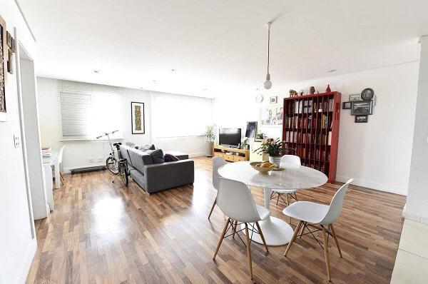 Sala integrada com piso de madeira colorido
