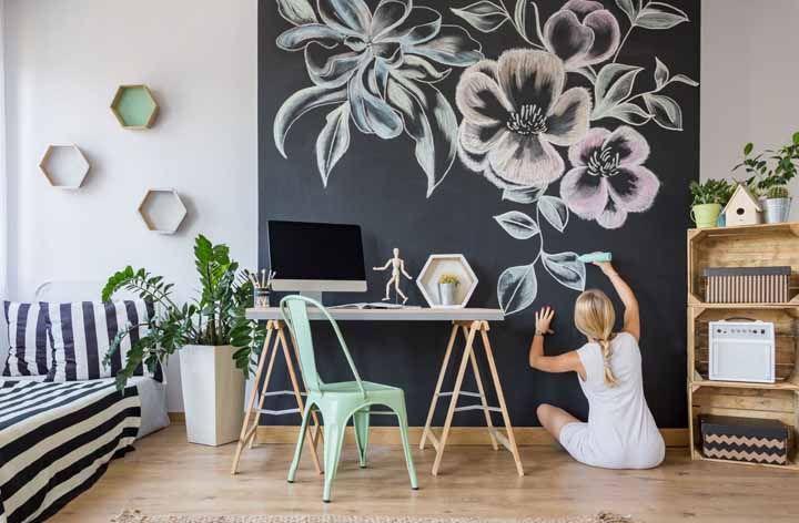 Sala moderna com parede de tinta lousa preta