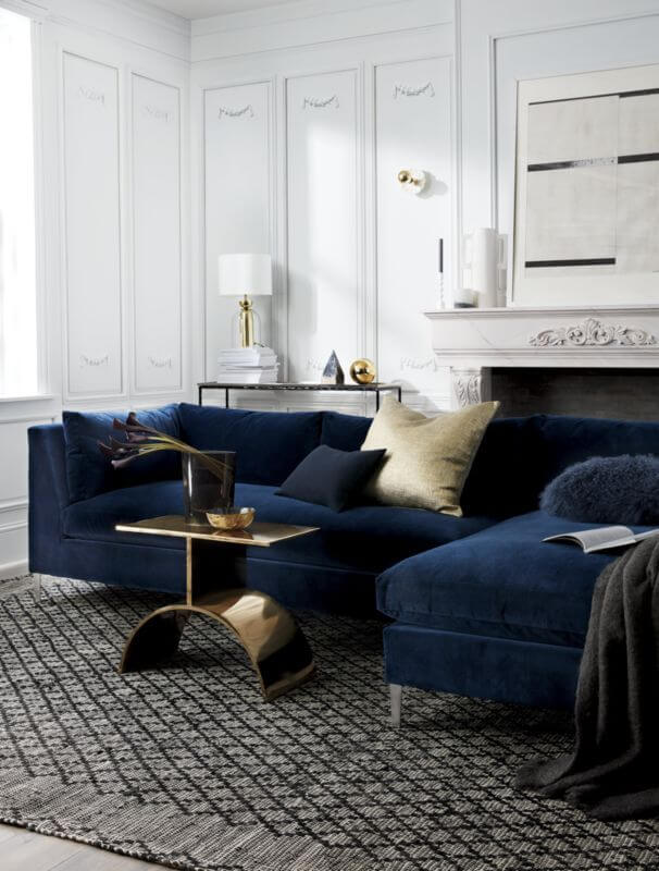 Sala moderna com sofá azul marinho