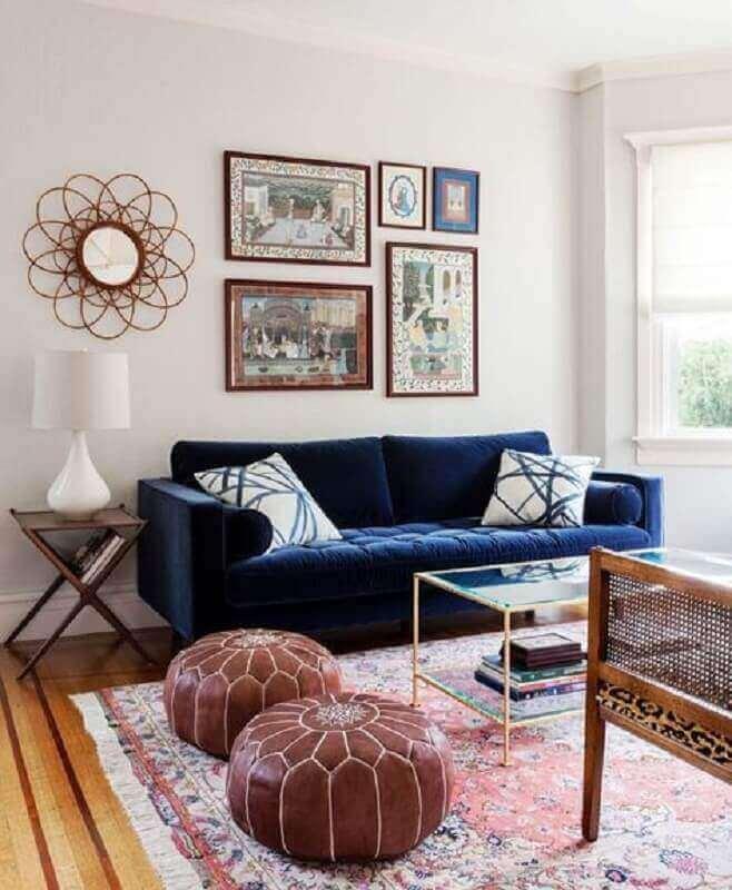 Sala moderna com sofá azul marinho e móveis de madeira