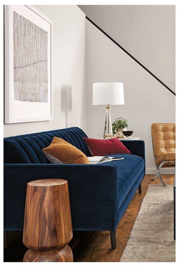 Sala pequena com sofá azul marinho