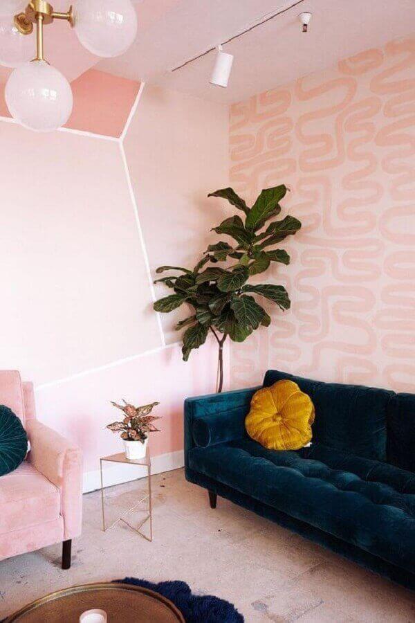 Sala rosa pastel com sofá azul marinho