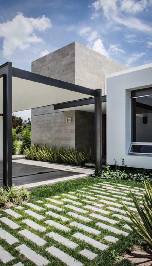 Se você não quiser incluir o piso intertravado colorido na entrada de casa procure colocar grama