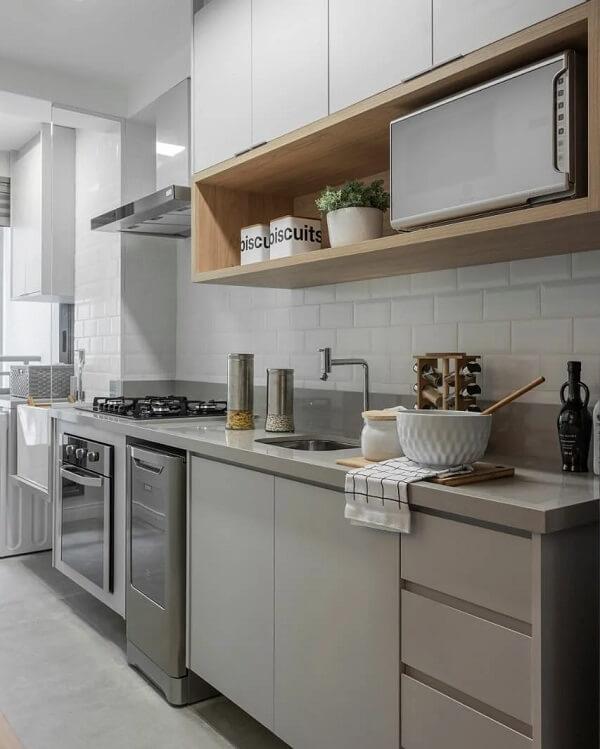 Silestone cinza claro se mistura com a marcenaria da cozinha