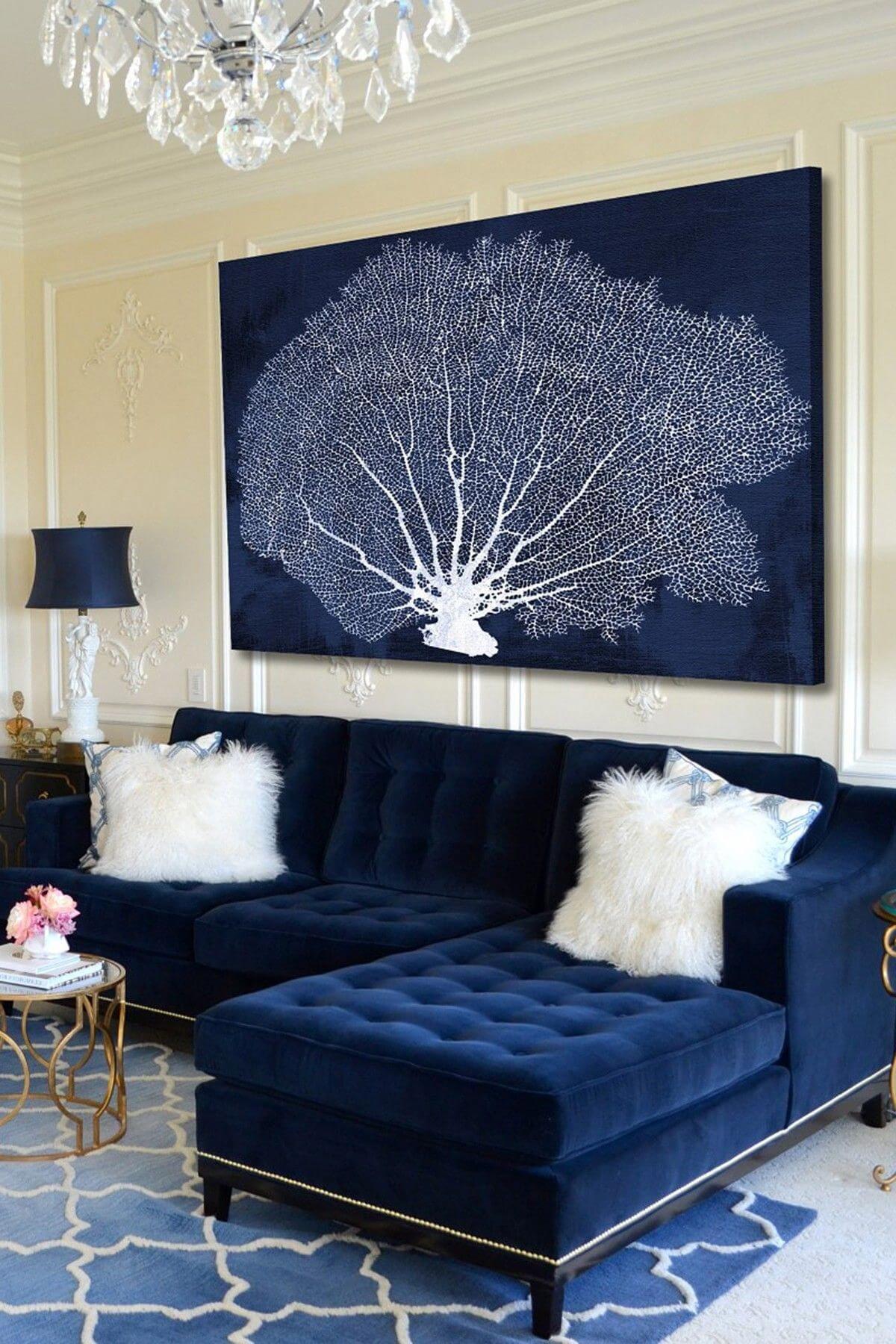 Sofá azul marinho com almofada branca de pelúcia