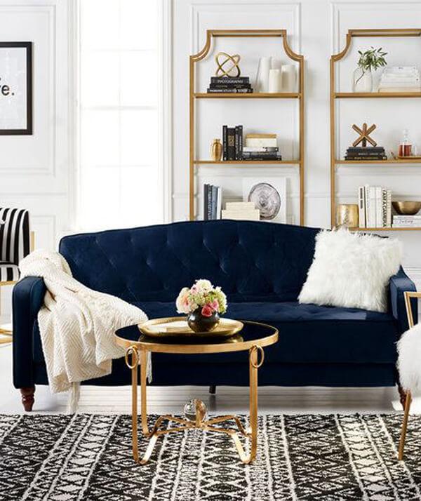 Sofá azul marinho e manta e almofada branca