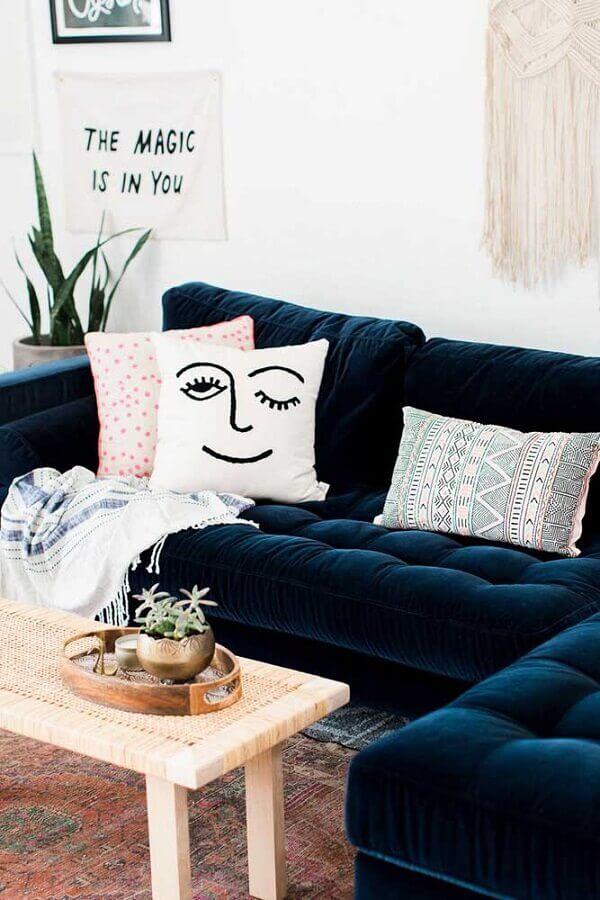 Sofá azul marinho em L com almofadas divertidas