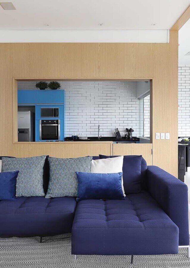 Sofá azul marinho na sala cinza e moderna