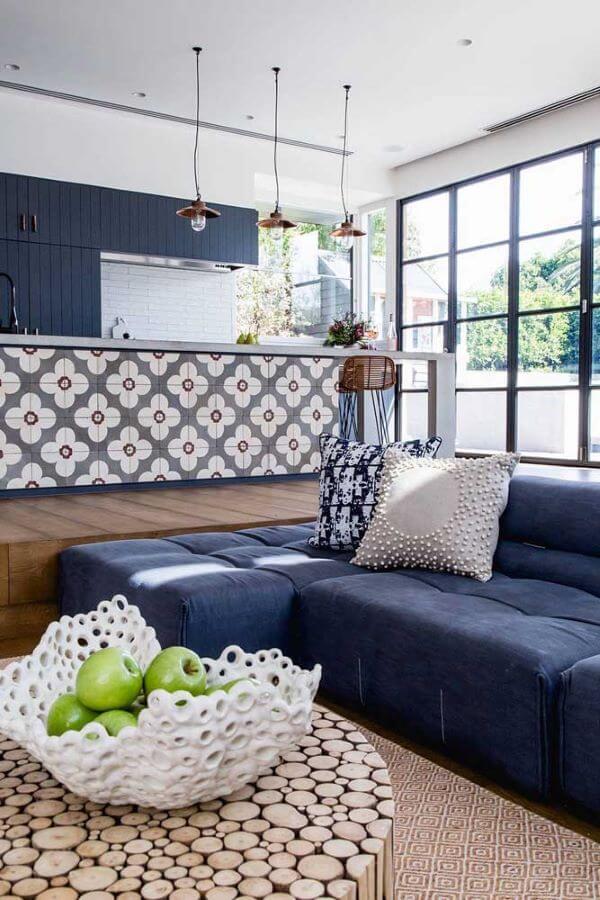 Sofá azul marinho na sala de estar