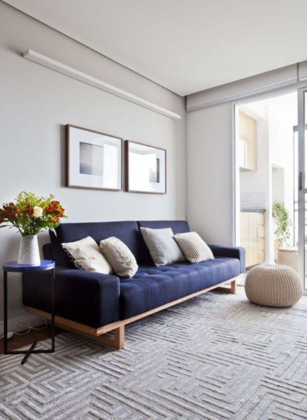 Sofá de madeira com estofado azul marinho